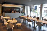 こちらは、カフェスペース。テラス席も用意される。