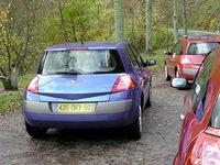 アンクル・ブルーは、1.9dCiの5ドア。トランスミッションは6MTで、タイヤは205/55R16。雨で濡れていたところでは、2リッター16バルブ16Vのクーペより速い! タイヤがソフトで、走りやすいせいか。後方からヒトの運転を見ていても速いことがわかった。赤茶のクーペが2リッター16Vで、タイヤは205/50R17を履く。