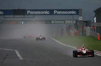 オープニングラップを終えて、コントロールラインを真っ先に駆け抜けたのは、レインタイヤをチョイスした松田次生だった。