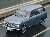 65年10月に発売されたライトバンの「L700」。Sシリーズ用のDOHCエンジンを流用した商用車で、翌11月にはピックアップの「P700」も追加された。66年9月には揃ってエンジンを拡大して「L800」「P800」となる。ここまでの製品はすべて水冷エンジンで、駆動方式はFRだった。