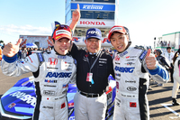 勝利を喜ぶ、TEAM KUNIMITSUの3人。写真左から、山本尚貴選手、高橋国光監督、そして伊沢拓也選手。