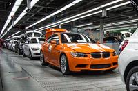 生産ラインを流れる最後の現行「BMW M3クーペ」。