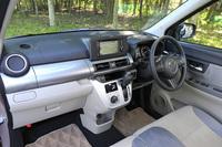 """「ダイハツ・キャスト スタイルX""""SA II""""」のインテリア。モデルごとに、シートのデザインや助手席側の収納の形状、各部の色使いなどが使い分けられており、イメージが大きく異なる。"""