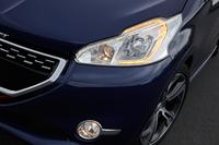 「GTi/XY」は、LEDのウインカーとポジションランプが一体となった専用のヘッドライトを装備する。写真は「208GTi」。