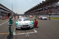 決勝スタート前のグリッド。予選3位のNo.23 MOTUL AUTECH GT-R(柳田真孝/ロニー・クインタレッリ組)を除き、トップ5台中4台をレクサスSC430勢が占めた。