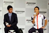 スーパーアグリF1チームの鈴木亜久里代表(左)と佐藤琢磨。