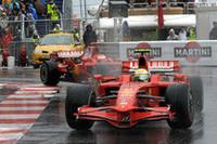 """フェラーリの""""鬼門""""? 雨のモナコで今年の連勝は「4」でストップ。マッサ(手前)は3位、精彩を欠いたキミ・ライコネンは初ポイントを目指す4位エイドリアン・スーティルをリタイヤに追いやり、結果9位。(写真=Ferrari)"""