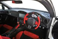 「86 GRMN」のインテリア。アルカンターラ巻きのステアリングホイールやシフトノブ、サイドブレーキレバー、「GRMN」のロゴ入り3眼メーターなどは、いずれも同車専用装備となる。