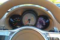 3連メーターは従来どおり、中央が回転計、左が速度計、右が各種情報という配置。