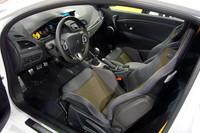 インテリア。タコメーターやシートベルト、ステッチなど、ところどころにアクセントの黄色が配される。