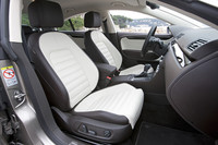 ツートンレザーのインテリア。運転席のスポーツシートには、マッサージ機能が備わる。