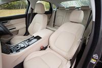 淡いベージュ色のレザーシートが備えられた試乗車のインテリア。車内空間では特に後席の居住性の改善が図られており、レッグルームが15mm、ニールームが24mm、ヘッドルームが27mm拡大している。
