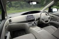 ハイブリッド用のニッケル水素バッテリーは、運転席と助手席の間、ちょうどセンターコンソールの下に配置される。