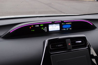 新型「プリウス」には、メーターパネル周辺部にあるイルミネーションの色変化で、運転上の注意点やエコ運転の達成度をドライバーに伝える「ドライブサポートイルミネーション」が、オプションとして用意される。
