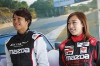 """2016年9月には、マツダレースウェイ・ラグナ・セカで「GLOBAL MX-5 CUP」の""""プレ世界一決定戦""""が開催される。日本からは、2015年のパーティーレースのチャンピオンである堤 優威選手(写真左)と、現役のパーティーレース参戦者である北平絵奈美選手(右)の2人が参加する。"""