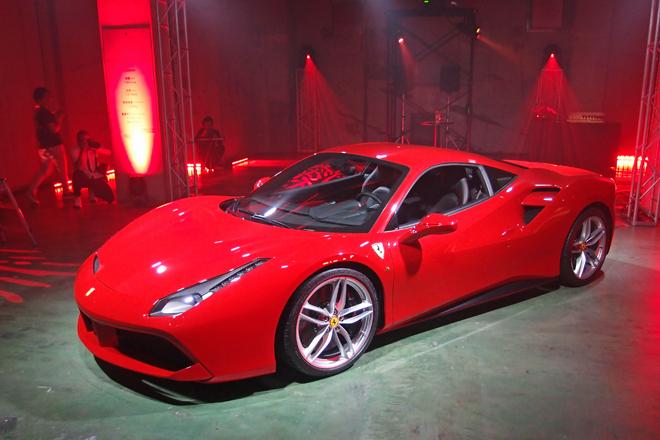 「フェラーリ488GTB」の488とは1気筒当たりの排気量を示している。GTBとはグランツーリスモ・ベルリネッタの意。