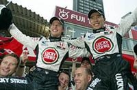 4位ジェンソン・バトン(左)、6位佐藤琢磨(右)、ダブル入賞でコンストラクターズ5位の座を獲得したBARホンダにとっては、最高のシーズン締めくくりとなった。急遽参戦が決まった佐藤は、今年最初で最後のレースで見事6位完走、ポイントを獲得し、来シーズンに期待を繋げた(写真=本田技研工業)