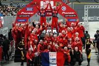 5年連続のWRCチャンピオンとなった、シトロエンのセバスチャン・ローブ。チームメイトと喜びを分かち合った。