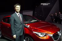 マツダ株式会社     デザイン本部     チーフデザイナー     柳澤 亮(やなぎさわ りょう)さん          <プロフィール>     1991年にマツダ入社。デザイン本部で「プレマシー」などさまざまな量産車のインテリアデザインを手がけた後、2007年にデザイン戦略スタジオ チーフデザイナーに。ピックアップトラック「BT-50」を担当した。2013年にコンセプトカー「マツダ跳」のチーフデザイナーに就任。1969年生まれ。(写真=石井昌道)