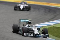 最大のライバル、ルイス・ハミルトンが予選でトラブルに見舞われたことで、事実上の敵なし状態でレースに臨んだロズベルグ(先頭)。予選で2位につけたウィリアムズのバルテリ・ボッタス(その後ろ)も、ポイントリーダーの独走を阻止できず。(Photo=Mercedes)