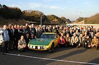 閉会後、スピードトライアルカーを囲み、トヨタ/ヤマハの開発スタッフおよびスペシャルゲストが揃って記念撮影