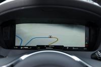 運転席正面のメーターパネルには、写真のようにカーナビの地図を表示することもできる。