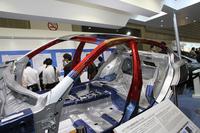 今春のデトロイトショーでデビューした、おそらく日本では次期スカイラインとなるであろう「インフィニティQ50」に世界初採用された、強度と延性を同時に向上させた1.2GPa級高成形性超ハイテン材(赤い部分)。日産では今後、1.2GPaを含む超ハイテン材の採用比率を2017年以降25%まで拡大するとともに、車体の構造合理化を進め、15%の車体軽量化を図るという。