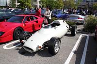 """見た目はまさに""""昔のレーシングカー""""である「ロケット」だが、これもれっきとしたイギリス製のロードカーである。バイクや戦闘機のように前後2名の乗車が可能となっている。"""