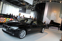 「BMWインディビジュアル 7シリーズ コンポジション」。後方ではスタインウェイピアノによる生演奏が行われていた。