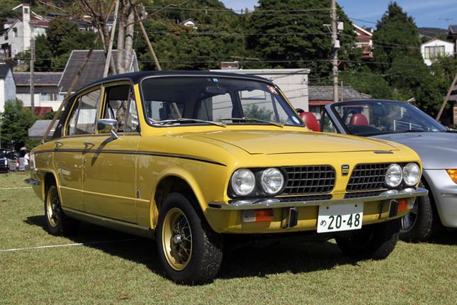 1974年「トライアンフ・ドロマイト・スプリント」。そもそも65年にFFサルーンとして誕生した「トライアンフ1300」のボディーを流用して、72年に登場したFRサルーンが「ドロマイト」。「スプリント」はSOHC 16バルブ2リッターエンジンを積んだ高性能版で、BMWイーターを標榜(ひょうぼう)した。日本には正規輸入されておらず、非常に珍しい。
