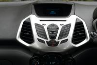 オーディオやエアコンなどの操作には、最近はやりのタッチパネルではなくボタンとダイヤルを採用。また英語音声コントロール機能も備わる。