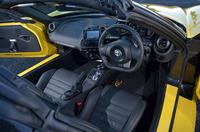 インテリアの様子。インストゥルメントパネルは左右非対称なデザインで、センターコンソールはドライバー側に傾けられている。