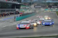GT500のスタートシーン。1コーナーの進入は予選1位のNo.1 ウイダー HSV-010がものにした。