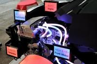 エンジンルームには2リッター直4エンジン、前輪駆動用モーター、ジェネレーター、インバーターなどが収まる。