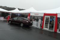 会場のテントの横では、コーヒーメーカーの電気を「FCXクラリティ」がせっせと発電中。ホンダは2015年の市販化をめどに、現在水素燃料電池車の開発を進めている。