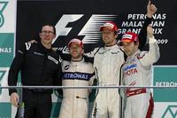 2連勝に喜ぶブラウンGPのジェンソン・バトン(右から2番目)。2位ニック・ハイドフェルド(その左)、3位ティモ・グロック(同右)が表彰台にのぼった。(写真=Toyota)