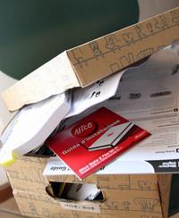 あふれ始めた「取説箱」。ホントはもっときれいに収納・管理すればいいのだが。