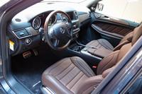 本革シートとウッドパネルで仕立てられた、「GL63 AMG」のインテリア。