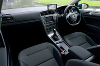 「TSIコンフォートライン」のインテリア。シルバーのセンターパネルは、上級グレード「TSIハイライン」では光沢のあるブラックに。パーキングブレーキは電動式。(シフトレバー横のプッシュスタートボタンは、発売時の日本仕様車にはない装備)