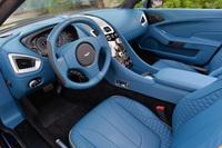 「トゥルーティール」と呼ばれる鮮やかなブルーで彩られたインテリア。センターコンソールは、77台限定のスーパースポーツカー「One-77」と共通のウォーターフォール(滝)デザインが採用されている。