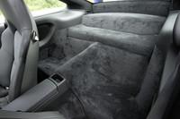 リアシートが廃された後席部分は、手持ちの荷物などが置けるスペースとなる。また、リアシート付きも無償オプションで選べる。