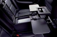 日本仕様にオプション設定される「トラベルアシスタント」。折り畳みテーブルやクーラーボックスなど、リア快適装備が充実する。