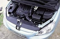 ガソリン、ディーゼル合わせて4種類用意されるエンジン。写真は2リッターディーゼル「HDi」ユニット。