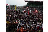 表彰式を待ち構えるファン、ファン、ファン。この熱心なファンの声援が歴史あるレースを支え続けている。
