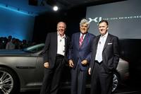 左から、デザインディレクターのイアン・カラム、自動車コレクターとしても有名な司会者のジェイ・レノ、そしてジャガー・カーズ社長のマイク・オドリスコル。
