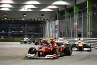 予選、決勝を通じ、マクラーレンやレッドブルから遅れをとったフェラーリ。それでもアロンソ(写真前)は、予選5位からハミルトン、パストール・マルドナドのリタイアで3位表彰台まで挽回してみせた。ポイントリードは37点から29点に縮小。今季これまで何度も口にしてきた、マシンの改良をチームに求めた。(Photo=Ferrari)