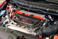 カーボン製のエアインテークカバーに「RR」ロゴが輝く。ホンダと無限、2つのRacingスピリットを重ねたものだという。
