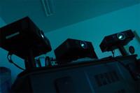 筐体(きょうたい)の背後には、合計3基のプロジェクターが設置される。筐体越しに、運転席を取り囲むスクリーンにリアルな映像を映し出す。