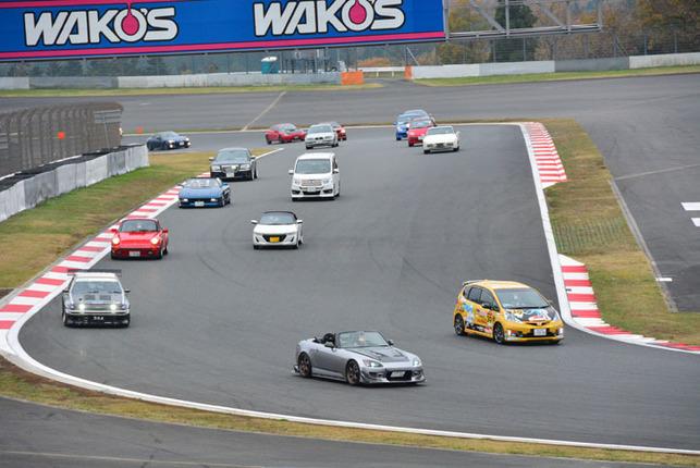 朝一番にサーキット本コースで催されたパレードランの様子。コース上は「I Love Cars! コンテスト」の参加車両と、オーナーズクラブの車両で埋め尽くされた。
