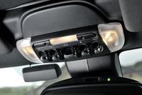 ルーフの開閉はオーバーヘッドコンソールのスイッチで操作。車速30km/h以下なら、走行中でも開閉が可能となっている。